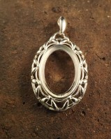 Heavy frill edge pendant setting for 25x18 cabochon