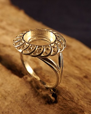 Stunning Fancy Frill Edge Ring Mount For 9mm stone