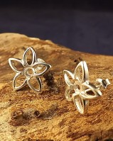 Pretty Flower Stud For 4mm Stone