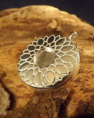 Silver Locket With Engraved Front For 8mm Cabochon