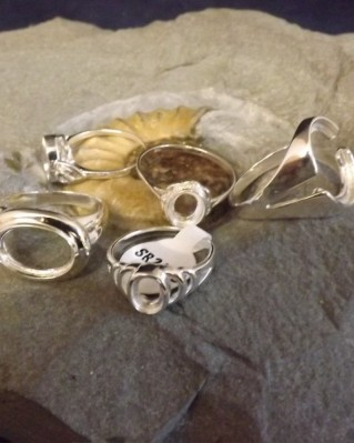 5 ASSORTED SILVER RINGS